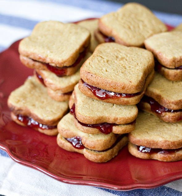 Miniature Peanut Butter and Jelly Sandwich Cookies | Foodiggity.com